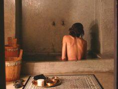 décoration salle de bain avec une baignoire en tadelakt