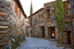PATONES DE ARRIBA  Situado en la provincia de Madrid. Patones de Arriba es un pueblecito típico de la que se conoce como Arquitectura Negra, es decir sus construcciones se encuentran levantadas en base a la pizarra.