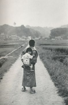 Japanese man in kimono, in the countryside, with a baby on his back. Showa Period, Showa Era, Old Pictures, Old Photos, Vintage Photos, Japanese History, Japanese Culture, Snap Photography, Japanese Photography