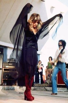 Her gypsy/witchy-woman look, Stevie Nicks of Fleetwood Mac on stage in 🎤 1970 Style, Alternative Rock, Indie, Stevie Nicks Fleetwood Mac, Stevie Nicks Witch, Stevie Nicks Young, Stevie Nicks Rhiannon, Stevie Nicks Costume, My Sun And Stars
