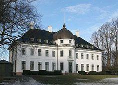 Bernstorff Slot, Sjælland - Bernstorff Slot er bygget i årene 1759-1765 til udenrigsminister J.H.E. Bernstorff. Det er den franske arkitekt Nicolas-Henri Jardin som har stået for udførelsen af bygningerne. Slottet forblev i familien Bernstorffs eje indtil begyndelsen af 1800-tallet. Senere blev det købt af Christian 8., der brugte det som sommerresidens. I dag er parken offentlig tilgængelig.