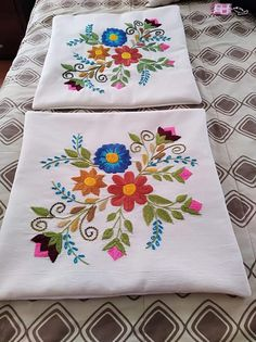 Cushion Embroidery, Floral Embroidery Patterns, Hand Work Embroidery, Embroidery Flowers Pattern, Embroidered Cushions, Hand Embroidery Designs, Embroidery Stitches, Sewing Pillow Patterns, Cushion Cover Designs