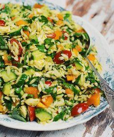 Salade d'orzo avec fromage bocconcini, pesto et légumes du jardin Orzo Recipes, Healthy Dinner Recipes, Salad Recipes, Vegetarian Recipes, Cooking Recipes, Orzo Salat, Salada Light, Side Dishes, Vegetables Garden