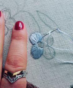#handembroidery #embroidery #ricamomano #broderiemain #broderie #embroidery #needleart #needlepoint #needlework #madeinportugal #bordadoaseda #silkthreads #chainstitch #wip #bordadosdecastelobranco #textilart #handmade #bordado #bordadoàmão #stitchers #textilart #artesanato