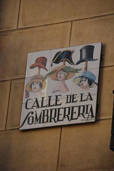 Cada cartel de cerámica con el nombre de la calle es una obra de arte. Este, en el barrio de Lavapiés