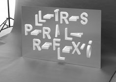« Reflexio » est un projet typographique expérimental qui combine la réflexion sur un miroir avec des lettres de papier coupées par l'un de leurs axes. Il en résulte des compositions modulaires qui, une fois photographiées, suggèrent des images 3D. On doit cet excellent travail au designer graphique espagnol Ramon Carreté.