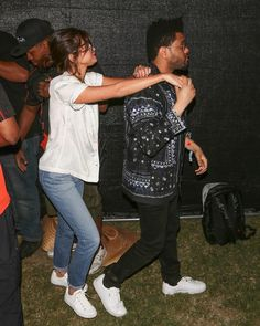 Selena Gomez Is at Coachella 2017 with Boyfriend The Weeknd!: Photo Selena Gomez is not missing out on the Coachella festivities this year! The entertainer was spotted walking around the fairgrounds at the 2017 Coachella… Selena And Abel, Selena Gomez The Weeknd, Style Selena Gomez, Selena Gomez Outfits, Selena Gomez Jeans, Lollapalooza, Marie Claire, Celebrity Couples, Celebrity Style