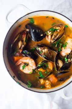 A simple authentic Cioppino Recipe Simple Cioppino! Fresh fish and seafood bathed in a light and fragrant tomato, fennel and white wine broth. Serve with crusty bread to mop up all the juices. Fish Recipes, Seafood Recipes, Gourmet Recipes, Cooking Recipes, Healthy Recipes, Seafood Stew, Seafood Dinner, Fish And Seafood, Mussels Seafood