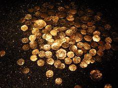 Trésor gaulois de Laniscat (545 pièces de monnaie en électrum) – Peuple gaulois Osisme -  Ier s BC - Site archéologique de Rosquelfen, Laniscat, Côtes-d'Armor (France) – Crédit Photo: Sammyday – Licence CC BY-SA 3.0