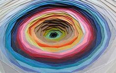 Die französische Designerin Maud Vantours entwirft ausdrucksstarke und geradezu hypnotische 3D Strukturen. Sie experimentiert mit Papier, Farben, Mustern u