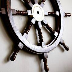 Drewniane koło sterowe z mosiężną piastą - prestiżowy morski symbol przywództwa, stylowy żeglarski prezent, alegoria trzymania steru władzy, dowodzenia, marynistyczny synonim kapitańskiej wiedzy i odpowiedzialności, właściwych decyzji i obierania dobrych kursów, dobrego dowództwa i powrotu do portu, prezent dla Żeglarza i osób zakochanych w morzu, żaglach, nobilitujący element morskiego wystroju wnętrz, morski styl  http://sklep.marynistyka.org/kola-sterowe-c-4.html http://Marynistyka.eu