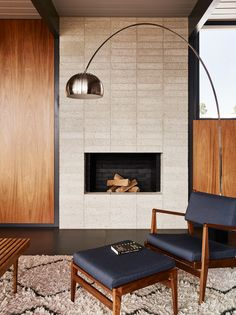 A stone-veneer fireplace added in the was stripped out and replaced with concrete blockwork. Flanking the fireplace are mahogany slip-matched, wood-veneer panels, which would have been found in typical Eichler homes. Mid Century Furniture, Modern Interior, Decor Interior Design, Living Room With Fireplace, Living Room Modern, Mid Century Modern Living Room, House Interior, Eichler Homes, Modern Fireplace