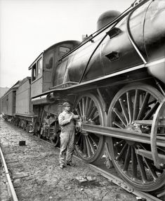 1904 - Michigan Central Railroad engineer oiling up before the start! :)