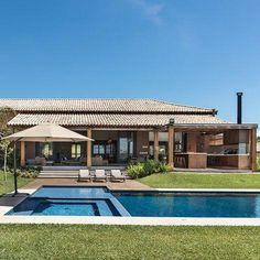 Casas grandes: 80 ideias internas e externas de tirar o fôlego [FOTOS] Backyard Pool Designs, Tropical Houses, House Goals, My Dream Home, Future House, Architecture Design, New Homes, House Design, Patio