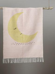 Au clair de la lune, mon tapis déco... Ambiance douce et apaisante sans fausse note. DétailsDim. 90 x 120 cm. Impression lune. Finitions franges nouée