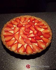 Τάρτα με κρέμα ζαχαροπλαστικής και φράουλες #sintagespareas #tartamefraoules Greek Recipes, Sweet Treats, Pie, Desserts, Food, Suits, Pies, Torte, Tailgate Desserts