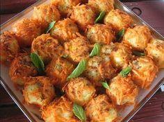 Tereyağlı Patates Topları  Malzemeler:  3-4 adet orta boy patates, 1 yemek kaşığı sıvı yağ, 1 yemek kaşığı tereyağ, 1 yemek kaşığı domates salçası, 1 çay kaşığı kuru nane, 1 çay kaşığı tuz, 1 çay kaşığı pul biber, 1 çay kaşığı karabiber(isteğe göre), 7-8 dal maydanoz  Hazırlanışı:  Öncelikle patatesleri haşlayıp püre haline getiriyoruz. İçerisine maydanoz, sıvı yağ, tuz ve karabiberi ekliyoruz. Küçük toplar haline getiriyoruz.  Sosu için:  Tereyağı eritip salçayı, naneyi, pul biberi ilave…