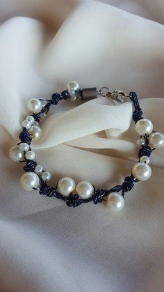 Braccialetto blu con perle bianche