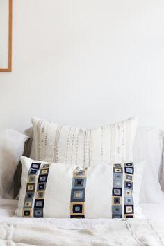 Bring diesen Winter etwas subtile Farbe in dein Schlafzimmer-Schema. Sieht toll aus in Kombination mit dezenteren Mustern. #kissenblau #schlafzimmerkissen #schlafzimmerdeko Blue Throw Pillows, Decorative Pillows, Bed, Winter, Collection, Blue Pillows, Traditional Design, Craft Items, Color Blue