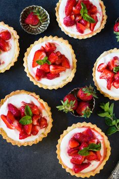 Summer tartlets with fresh strawberries and filling made from cream cheese, whipping cream and sour cream. Cake Recept, Sweet Pie, Mini Foods, Strawberry Recipes, How To Make Cake, Sour Cream, Cheesecake, Minis, Dessert Recipes