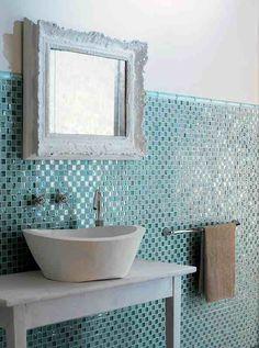 mosaik badezimmer glas fliesen hellblau vintage spiegelrahmen