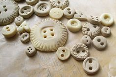 Projects You Can Make Buttons   est vrai: You, yes you, can make homemade buttons!