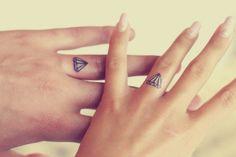 tatouage doigt pour amoureux - diamants sur les annulaires