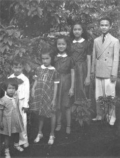 The Cojuangco siblings -- (L-R) Pacita, Jose Jr., Corazon, Josephine, Teresita and Pedro, 1930s #kasaysayan#kamaganak Filipiniana, Political Leaders, Her Brother, My Father, Siblings, Role Models, Old Photos, Fun Facts, Corazon Aquino