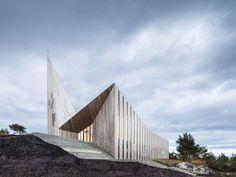 Igreja em Knarvik, Noruega. Projeto do arquiteto Reiulf Ramstad.