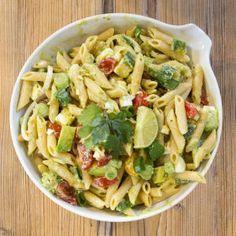 An alle Avocado Liebhaber: Probiert unbedingt diesen Nudelsalat mit cremigem Dressing. Ihr werdet begeistert sein!