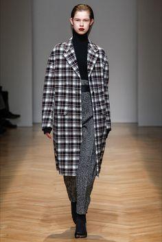 Guarda la sfilata di moda Aquilano.Rimondi a Milano e scopri la collezione di abiti e accessori per la stagione Collezioni Autunno Inverno 2017-18.
