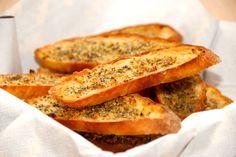 Sprøde hvidløgsbrød, der er ynde skiver brød, der bages i ovnen. Brødskiverne smøres med hvidløgsolie, og bages sprøde i fem minutter. Foto: Guffeliguf.dk.