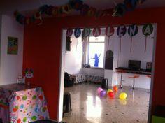 """Decoração e descartáveis com o tema """"balões"""", personalizados com o nome do aniversariante."""