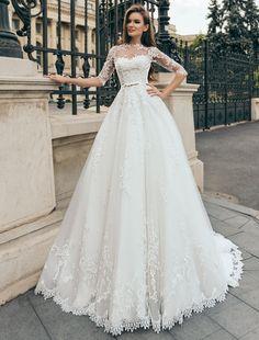 Aceasta rochie de mireasa din dantela croit in stil A-line este o elogiere a stilului clasic. Modelul A line subliniaza linia taliei accentuata de cordonul satinat iar manecile lungi ofera gratie modeului.  Culori disponibile - Champane/Ivory, Ivory, White