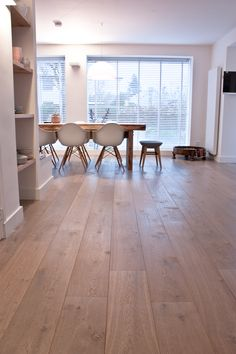 Mooie eiken grijs tint vloer donker gerookt + extra wit gerealiseerd door MoreFloors vloeren Breda