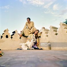 Vogue 1970 Paul & Talitha Getty relax on the roof of their Marrakech home. (Photo by Patrick Lichfield/Conde Nast via Getty Images) Hippie Chic Outfits, Bohemian Chic Fashion, Bohemian Style, Mick Jagger, Image Couple, Couple Photos, Palestinian Wedding, Talitha Getty, Moroccan Design