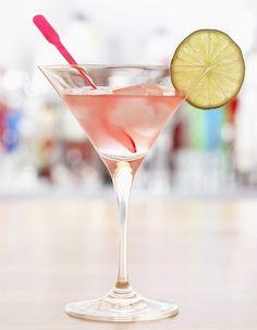Recette Cocktail Bacardi au rhum blanc et citron vert : Versez le rhum, le jus de citron vert et la grenadine dans un shaker avec des glaçons. Frappez énergiq...