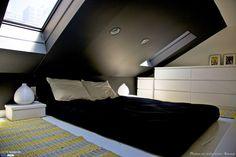 Une chambre moderne sous les combles.