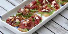 De her carpaccio tapas smager sindssygt godt. Tapas Buffet, Carpaccio, Spanish Food, Crunches, Bruschetta, Summer Recipes, Finger Foods, Food Styling, Side Dishes