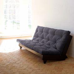 Articolo: 117111734_Parent skuIl divano Fresh di Karup e' caratterizzato da uno stile minimal e semplicissimo. Presenta piedini triangolari in legno e un materasso futon. Dalla grande comodita', Fresh e' perfetto per ambienti di piccole dimensioni. Si trasforma in letto in un semplice gesto.Realizzato in legno di pino, il divano è alto 82 cm, con la seduta a 35 cm. È largo 200 cm e profondo 107 cm (se utilizzato come divano) o 140 cm (se aperto a letto).I futon sono normalmente imbottiti…