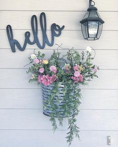 Friendlyporch accents to welcome visitors Best Front Door Flower Pots – The first is very important and also not only for people but as well as for things. Read Best Front Door Flower Pots Will Add Good First Impression Your House Farmhouse Front, Rustic Farmhouse, Rustic Front Porches, Front Porch Lights, Front Porch Flowers, Front Porch Planters, Summer Front Porches, Vintage Farmhouse Decor, Farmhouse Ideas