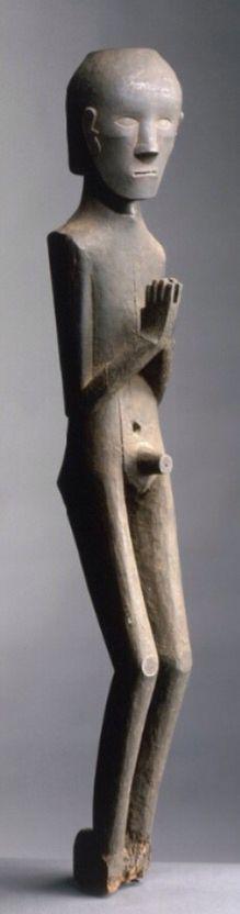 """Cette statue énigmatique fait partie des sculptures magiques réalisées par les Toba. Elle est sans doute ce que l'on nomme un """"pangulubalang"""" c'est-à-dire une sculpture magique à fonction offensive. Placée à l'extérieur d'un maison, elle a été attaquée par des abeilles noires xylophages qui ont percé des galeries dans la sculpture. Mais la patine noire légèrement croûteuse déposée par la suie incite à penser que la statue a aussi été placée à l'intérieur d'une maison."""