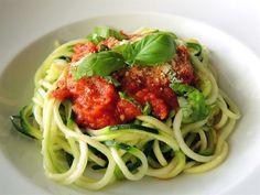 Zucchini Pasta Tonno!  1 ui Tomatenblokjes Paprikapoeder Tonijn(op water) Zwarte Olijven Kappertjes Pijnboompitjes  Parmezaanse kaas En natuurlijk Courgette om in je Spirelli te draaien!