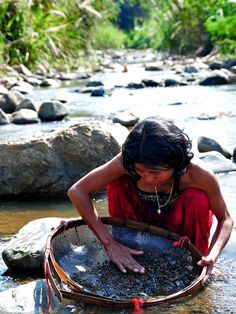 In a small stream near Pailin in Cambodia a Khmer lady is searching for blue sapphires.  fieldgemology.org where passion for gemology (gemmology) and traveling meets!.