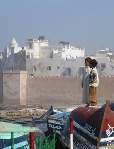 Essaouira lies about 175km (or two and a half hours by car) to the west of Marrakech, on Moroccos Atlantic coast. This 18th Century fortified town was fabled for being a hangout of Jimi Hendrix in the 1960s and was the setting for Orson Welles 1952 classic film Othello. Whilst the latter is uncontestably true, the former is thought by many to be something of an exaggeration, as many of the older locals recall that the legendary axeman stayed in Diabat (a village just down the coast from Essa