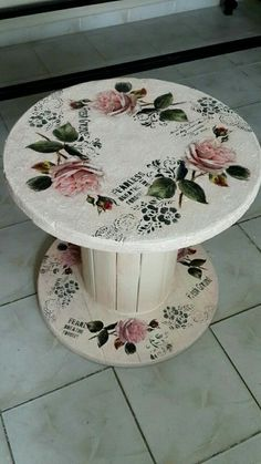 diy recycled wood cable spool furniture ideas & projects for porch decorating 47 - Ula Babs Wooden Spool Tables, Cable Spool Tables, Wooden Cable Spools, Wood Spool, Decoupage Furniture, Hand Painted Furniture, Upcycled Furniture, Diy Furniture, Decoupage Art