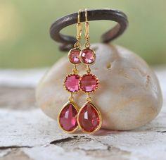 Lange Fuchsia Jewel Ohrringe in Gold. Brautjungfer Ohrringe. Baumeln Sie Ohrringe. Moderne Mode Ohrringe.