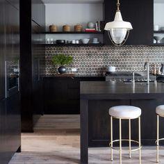 25 Inspiring Black Kitchens for Modern Home Design : White Kitchen Stools With Black Kitchen Countertop Design White Kitchen Stools, Kitchen Decor, Brass Kitchen, Nice Kitchen, Awesome Kitchen, Wooden Kitchen, Kitchen Ideas, Black Kitchens, Cool Kitchens
