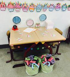 Getallenlijn maken met sponsjes Co Teaching, Busy Boxes, Outdoor Learning, Speech And Language, Primary School, First Grade, Classroom, Teacher, Baby Born