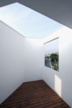Terrace framing sky & space - Avehideshi Architects and Associates